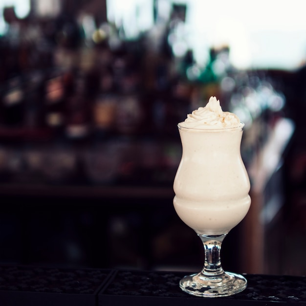Bicchiere di bibita con panna montata Foto Gratuite