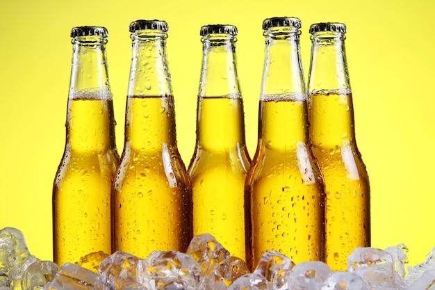 Bicchiere di birra con schiuma su sfondo giallo Foto Gratuite