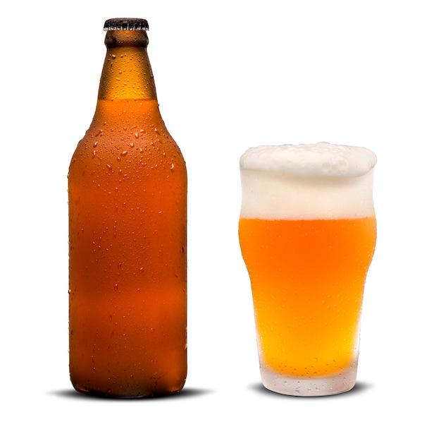 Bicchiere di birra e bottiglia marrone con gocce isolato su uno sfondo bianco. Foto Premium