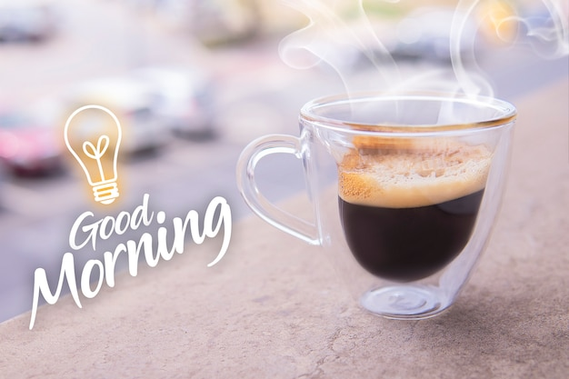 Bicchiere di caffè aromatico ristretto con fumo. Foto Premium