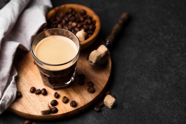 Bicchiere di caffè sul tavolo Foto Gratuite