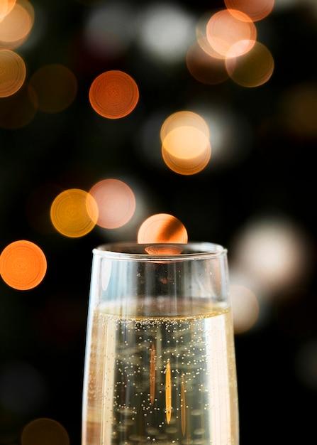 Bicchiere di champagne con bokeh Foto Gratuite