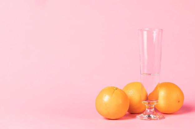 Bicchiere di champagne e frutta all'arancia Foto Gratuite