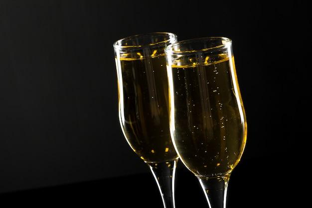 Bicchiere di champagne su sfondo nero Foto Premium