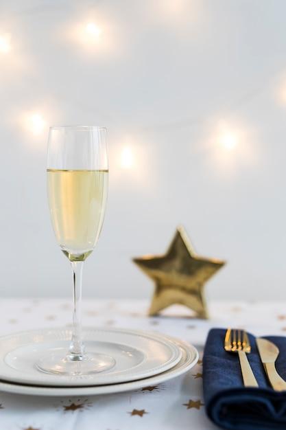 Bicchiere di champagne sul piatto con stella Foto Gratuite