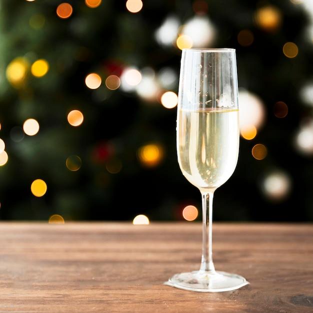Bicchiere di champagne sul tavolo di legno Foto Gratuite