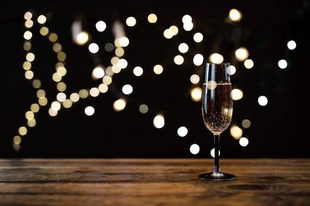 Bicchiere di champagne trasparente con effetto bokeh Foto Gratuite