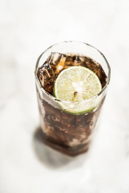 Bicchiere di coca ghiacciato Foto Gratuite
