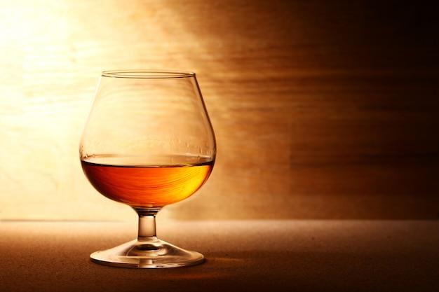 Bicchiere di cognac sulla superficie in legno Foto Gratuite