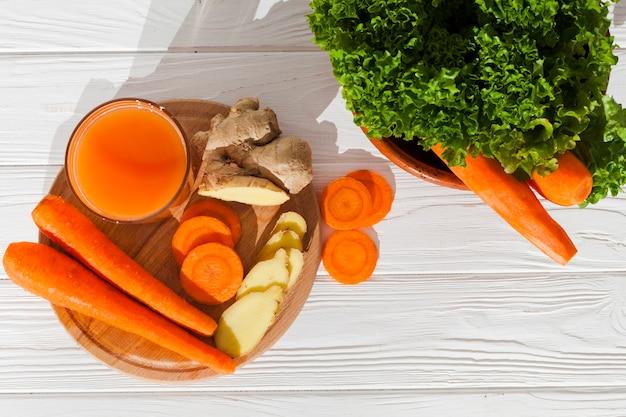Bicchiere di frullato con verdure tagliate Foto Gratuite