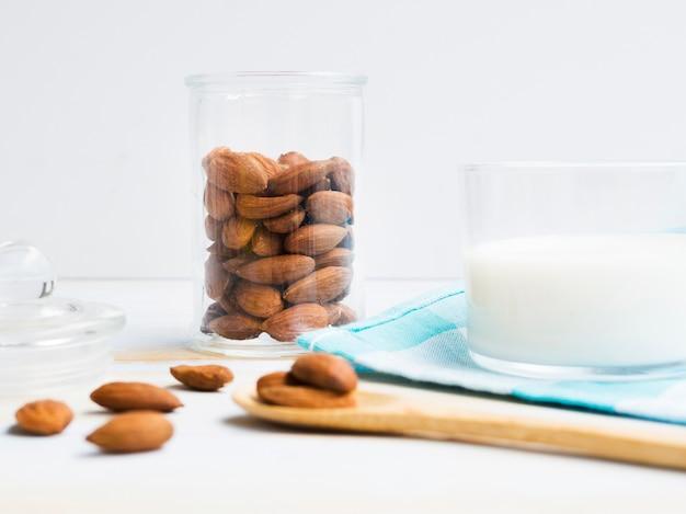 Bicchiere di latte con mandorle Foto Gratuite