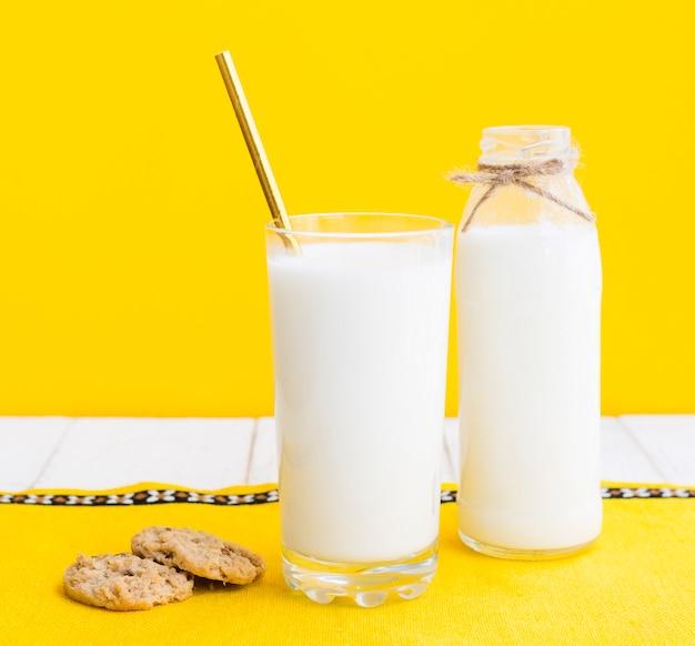 Bicchiere di latte e biscotti Foto Gratuite