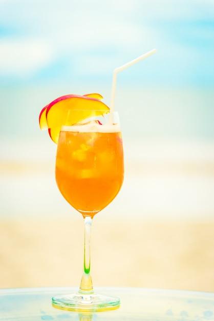 Bicchiere di mocktails ghiacciati sulla spiaggia Foto Gratuite