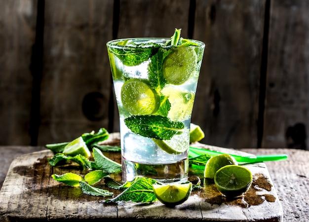 Bicchiere di mohito cocktail o limonata con lime e menta Foto Premium
