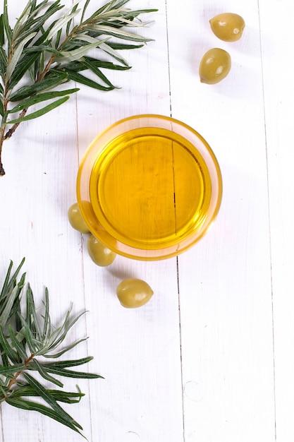 Bicchiere di olio d'oliva Foto Gratuite