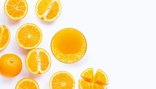 Bicchiere di succo d'arancia fresco su sfondo bianco. vista dall'alto con spazio di copia Foto Premium