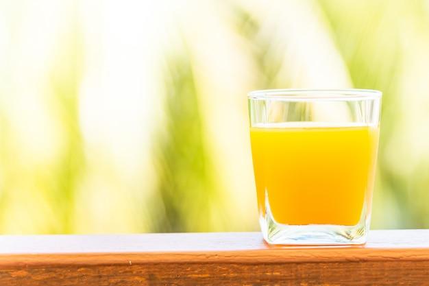 Bicchiere di succo d'arancia Foto Gratuite