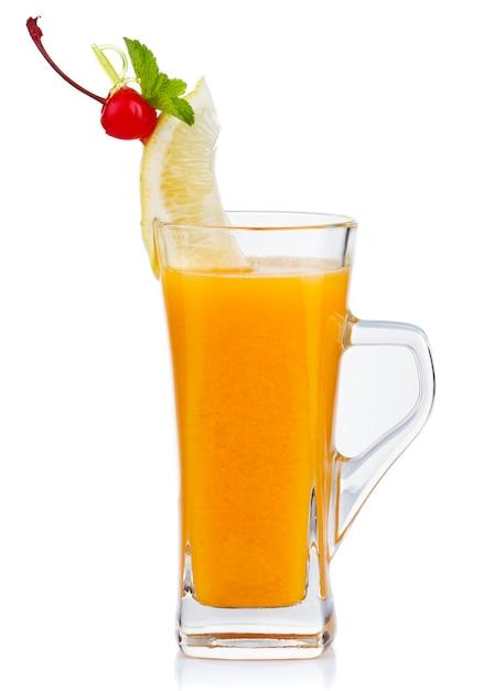 Bicchiere di tè caldo alla frutta con menta fresca e limone isolato Foto Premium