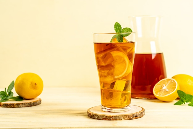 Bicchiere di tè freddo al limone Foto Premium