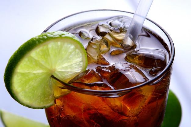Bicchiere di tè freddo fresco con lime Foto Gratuite