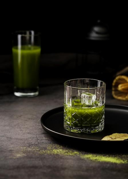 Bicchiere di tè matcha con cubetti di ghiaccio Foto Gratuite