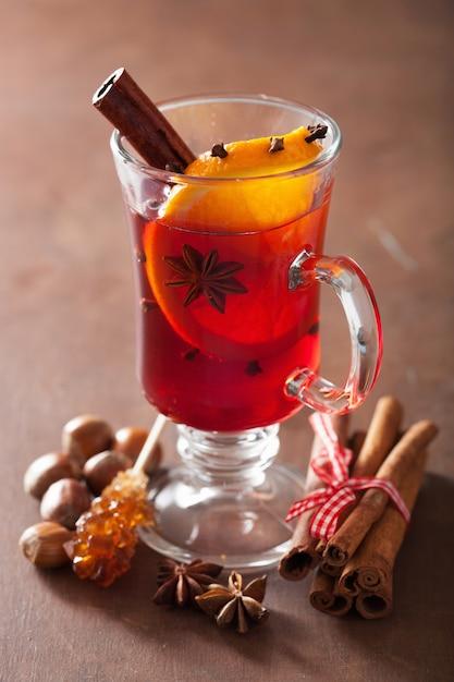 Bicchiere di vin brulè con arancia e spezie Foto Premium