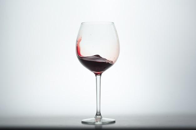 Bicchiere Di Vino Con Vino Rosso Su Sfondo Bianco Scaricare Foto
