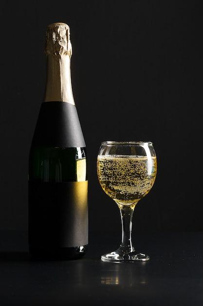 Bicchiere di vino e bottiglia di champagne Foto Premium