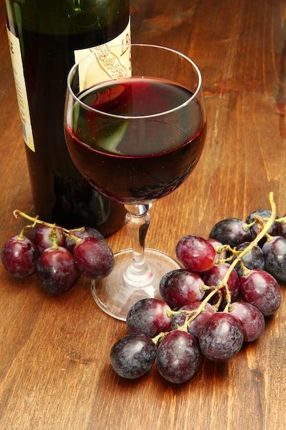 Bicchiere di vino e uva rossa Foto Premium