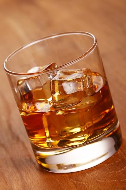 Bicchiere di whisky freddo Foto Gratuite