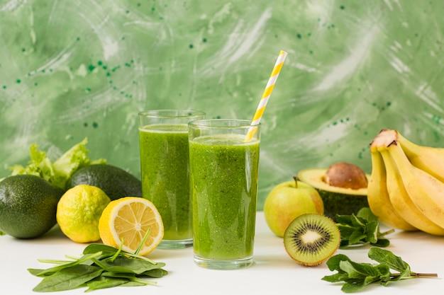 Bicchieri da frullato vista frontale con mix di frutta Foto Gratuite