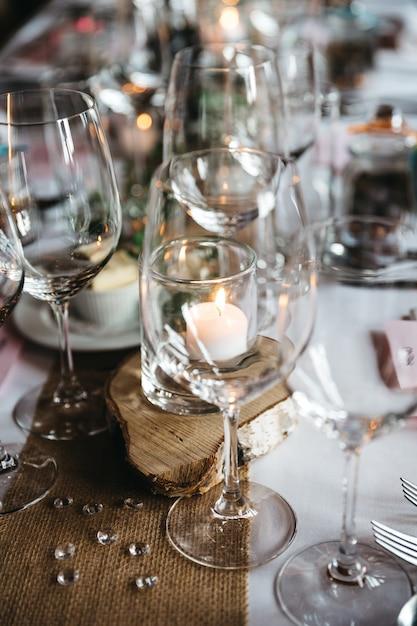 Bicchieri da vino vuoti e altri dettagli di servizio si trovano su un tavolo delle vacanze Foto Gratuite