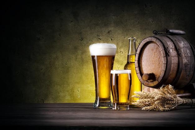 Bicchieri di birra con bottiglia e botte Foto Premium