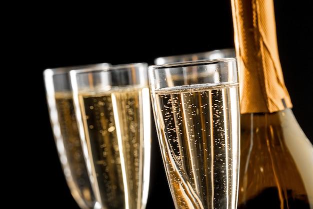 Bicchieri di champagne con la bottiglia Foto Premium