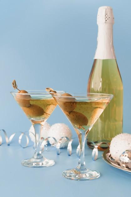 Bicchieri di champagne con olive Foto Gratuite