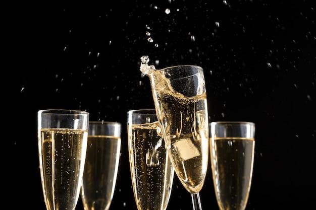Bicchieri di champagne con splash Foto Premium