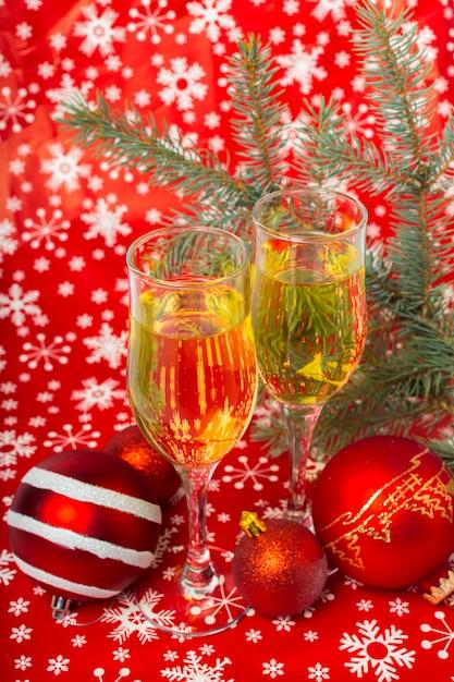 Bicchieri di champagne e decorazioni natalizie Foto Premium