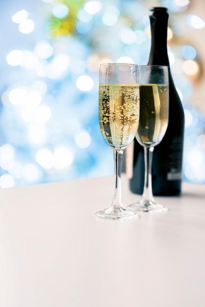 Bicchieri di champagne frizzante con bottiglia Foto Gratuite