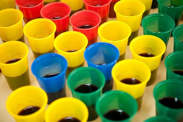 Bicchieri di plastica colorati Foto Premium