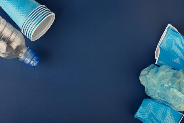 Bicchieri di plastica su uno sfondo blu Foto Premium
