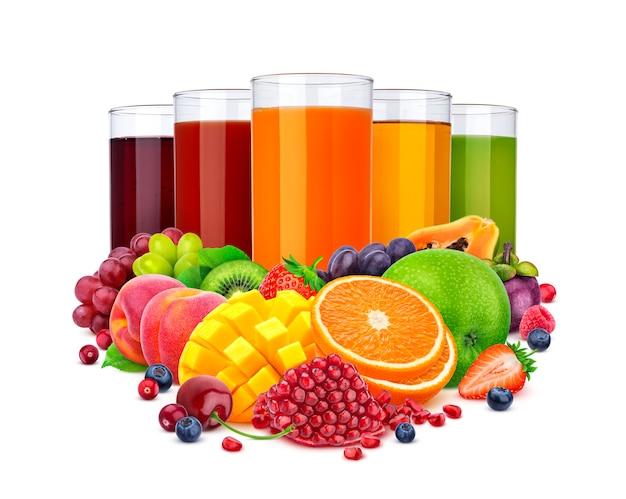 Bicchieri di succo diverso e mucchio di frutta e bacche isolato su sfondo bianco Foto Premium