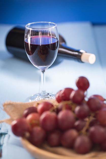 Bicchieri Di Vino Rosso Con Uva Rossa E Una Bottiglia Di Vino Su