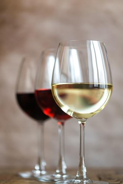 Bicchieri di vino rosso, rosa e bianco Foto Premium