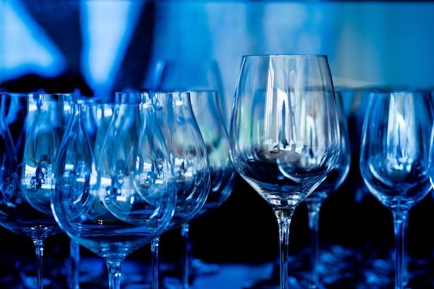 Bicchieri di vino vuoti nel ristorante Foto Premium