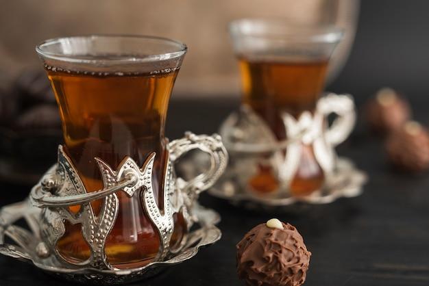 Bicchieri trasparenti con tè e tartufo Foto Gratuite