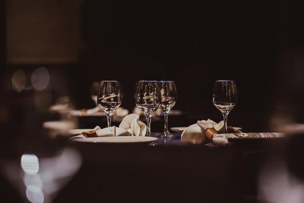 Bicchieri vuoti messi in ristorante Foto Premium