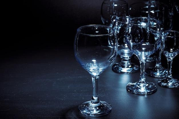 Bicchieri vuoti per bevande su sfondo scuro Foto Premium