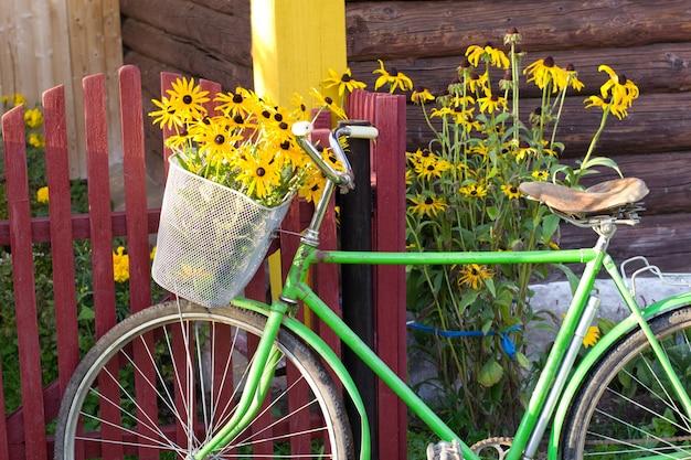 Bicicletta vicino al recinto Foto Premium