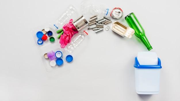 Bidone della spazzatura e diversi tipi di rifiuti Foto Gratuite