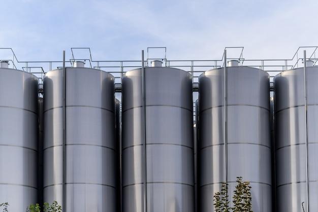 Big barriques di fabbricazione di vino di metallo Foto Premium
